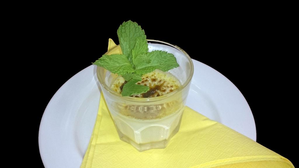 Crema Catalana unter einer Zuckerkruste mit Minze und Cantuccini